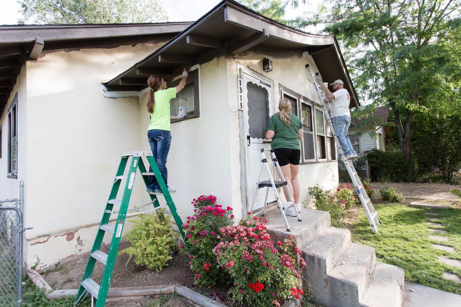 volunteers paint house for Brush Up Nampa